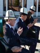 Сооронбай Жээнбеков почтил память героев Апрельской революции